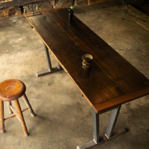 金属と木材を加工する製作工房
